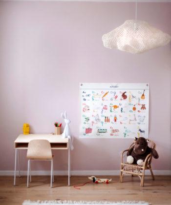 Affiche abécédaire, un alphabet illustré pour l'apprentissage des lettres et de l'écriture. décoration colorée et élégante de chambre d'enfant.